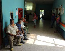 Más de 300 pacientes son atendidos entre la Emergencia y la Consulta Externa en el Hospital Nacional de Tiquisate, Escuintla. (Foto Prensa Libre: Carlos Paredes)
