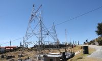 Empleados de Trecsa construyen de una torre de electricidad en el mirador Juan Diéguez Olaverri en Chiantla, Huehuetenango. (Foto Prensa Libre: Mike Castillo)