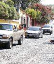 Un policía Municipal de Antigua Guatemala vende el marbete de estacionamiento a un automovilista. (Foto Prensa Libre: Julio Sicán)