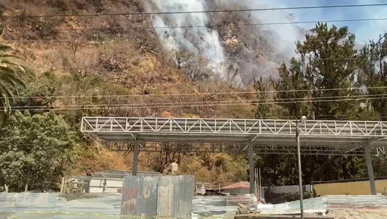 Un incendio forestal  se registro en cercanías de la gasolinera en construcción en Panajachel, Sololá,  (Foto Prensa Libre: Héctor Cordero)