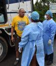 Un piloto de transporte de carga se pone a disposición para una muestra de temperatura por parte de enfermeros del área de Salud de Izabal, en la frontera de El Corinto, entre Guatemala y Honduras. (Foto Prensa Libre: Dony Stewart)