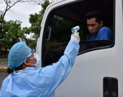Transportistas de carga pesada están recibiendo atención epidemiológica. (Foto Prensa Libre: Dony Stewart)