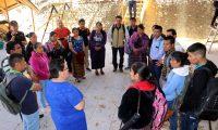Leonora Méndez (de azul) directora departamental de educación de Huehuetenango, informa a un grupo de maestros de San Mateo Ixtatán sobre el trabajo que deben desempeñar en las escuelas de su municipio. (Foto Prensa Libre: Mike Castillo)