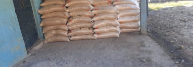 El maíz llega a comunidades lejanas de Quiché al doble de precio establecido y los argumentos de los distribuidores es que se debe a la emergencia causada por el coronavirus (Foto Prensa Libre: Héctor Cordero)