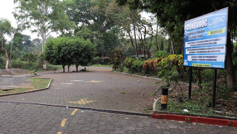 Esta vía de acceso al Cunsoroc en Mazatenango, Suchitepéquez, está inhabilitada porque el  puente colapsó. (Foto Prensa Libre: Marvin Tunchez)