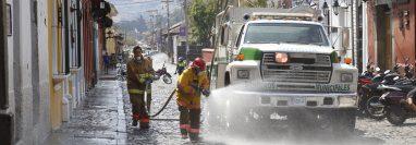 Guatemala, Área Metropolitana Un grupo de bomberos municipales de Antigua Guatemala rocían cloro y agua en la  4ª. calle poniente. (Foto Prensa Libre: Julio Sicán)