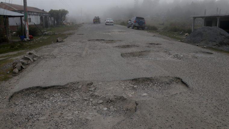 En estas condiciones se encuentra la carretera que comunica San Mateo Ixtatán con Santa Cruz Barrillas, Huehuetenango. (Foto Prensa Libre Mike Castillo)