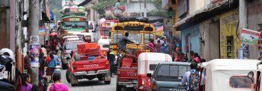 Por las estrechas calles de Chichicastenango, Quiché, pasa el cien por ciento del transporte liviano y pesado que circula en el departamento. (Foto Prensa Libre: Héctor Cordero)