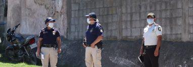 Agentes de la PNC de Quiché compran mascarillas y guantes para llevar a cabo los operativos del toque de queda. (Foto Prensa Libre: Héctor Cordero)