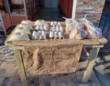 En San Sebastián, Retalhuleu, la panadería Don Francisco regala pan, huevos y azúcar a los necesitados. (Foto Prensa Libre: Rolando Miranda)