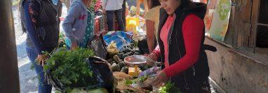 Agricultores de Chiantla venden sus verduras en comunidades cercanas ante el cierre de los mercados. (Foto Prensa Libre: Mike Castillo)