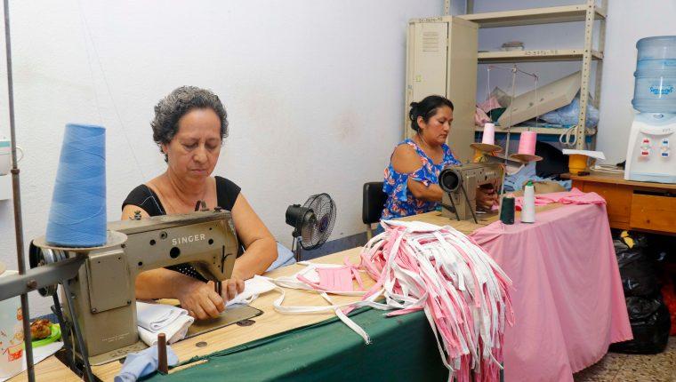 Costureras del Hospital Nacional de Retalhuleu confeccionan mascarillas de tela de algodón como una medida de mitigación ante la emergencia de covid 19. (Foto Prensa Libre: Rolando Miranda)
