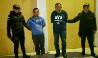 Marco Antonio Benegas Martínez de 42 años y Rodolfo Saúl Vindel Hernández de 56 son detenidos por agentes policiales por el delito de trata de personas. (Foto Prensa Libre: Mike Castillo)