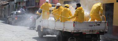 Empleados de una empresa de limpieza fumigan una de  las calles de Chichicastenango, Quiché, para prevenir contagio de coronavirus.  (Foto Prensa Libre: Héctor Cordero)