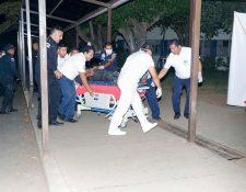 Dos agentes de la PNC fueron trasladados al Instituto Guatemalteco de Seguridad Social de Retalhuleu con heridas de bala. (Foto Prensa Libre: Rolando Miranda)
