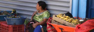 Una mujer indígena en el mercado de San Antonio Ilotenango abraza a su hija mientras espera con paciencia vender su producto.  (Foto Prensa Libre: Héctor Cordero)