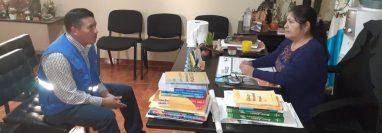 Personal de la PDH de Nebaj consulta a la jueza de paz de ese municipio, Petrona Velasco, sobre supuestas detenciones por parte de la PMT durante el toque de queda, (Foto Prensa Libre: Héctor Cordero)