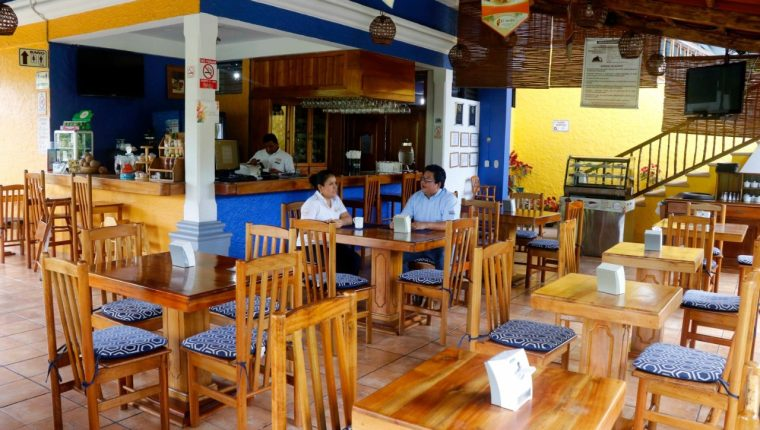 Aún antes de la restricción de labores en todo el país se empezaron a notar bajas en la llegada de turistas. Ahora los restaurantes ya no pueden  brindar atención en mesas. (Foto, Prensa Libre: Rolando Miranda).