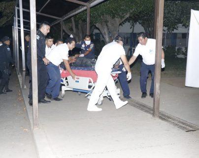Los dos agentes de la PNC heridos fueron llevados a un centro asistencial. (Foto Prensa Libre: Rolando Miranda)