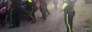 Trifulca entre agentes de la PMT de Mazatenango y pilotos de mototaxis. (Foto: Captura de pantalla de video).
