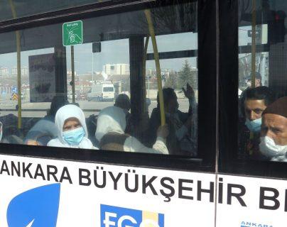Ciudadanos turcos que regresan de la Meca son trasladados para estar en cuarentena. (Foto Prensa Libre: EFE)