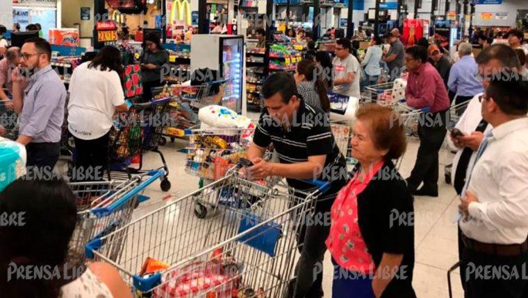 Varios supermercados del país permanecen abarrotados ante la alarma por el coronavirus. (Foto Prensa Libre: Fernando Cabrera).