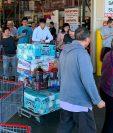 Residentes de Los Angeles compran productos para prevenir el contagio de covid-19. (Foto Prensa Libre: AFP)