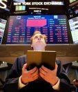 Un corredor de bolsa trabaja en la Bolsa de Wall Street, en Nueva York (Estados Unidos), que contenía las pérdidas por la crisis del petróleo. (Foto Prensa Libre: EFE)