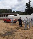 Los técnicos excavan para localizar restos humanos. Foto Prensa Libre: Katerin Chumil