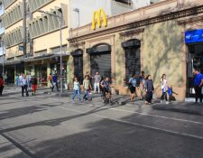 McDonalds es uno de los restaurantes que ha decidido cerrar sus puertas para minimizar el contagio del coronavirus entre sus trabajadores y clientes. (Foto Prensa Libre: Byron García)