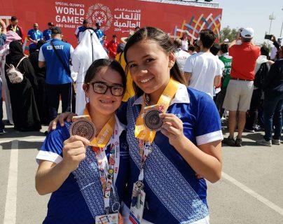 Éricka Fonseca Arriola y Sofía Figueroa, atleta unificada, ganaron medalla de bronce en los Juegos Mundiales de Verano de Olimpiadas Especiales 2019. (Foto Prensa Libre: cortesía Gorety Arriola.)