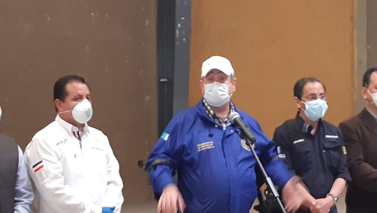 Alejandro Giammattei y el ministro Hugo Monroy  (derecha) en conferencia de prensa en Quetzaltenango. (Foto Prensa Libre: Raúl Juárez)