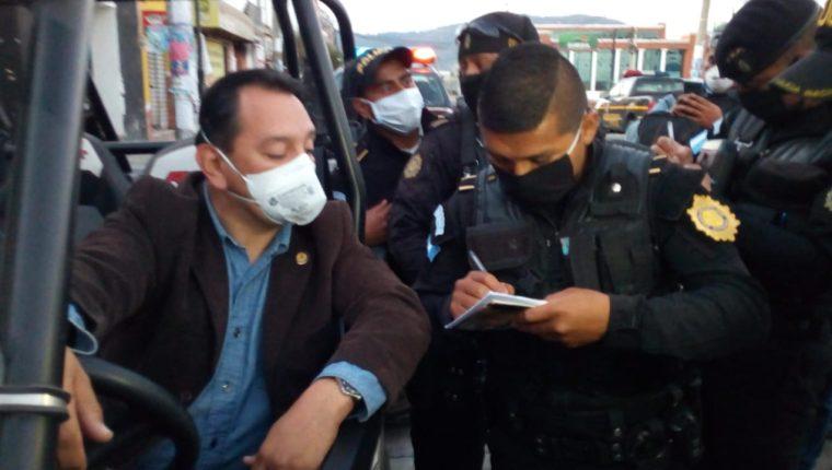 Guillermo Cifuentes dijo que se encontraba supervisando el trabajo de los policías por el Toque de Queda. (Foto Prensa Libre: Cortesía)