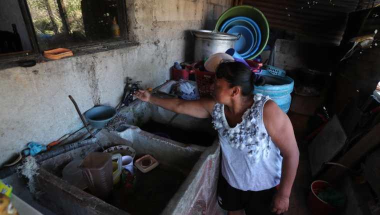 Vecina de la zona 18 capitalina muestra que no tiene agua en su casa. La escasez también es padecida en Santa Catarina Pinula. Foto Prensa Libre: Érick Ávila.