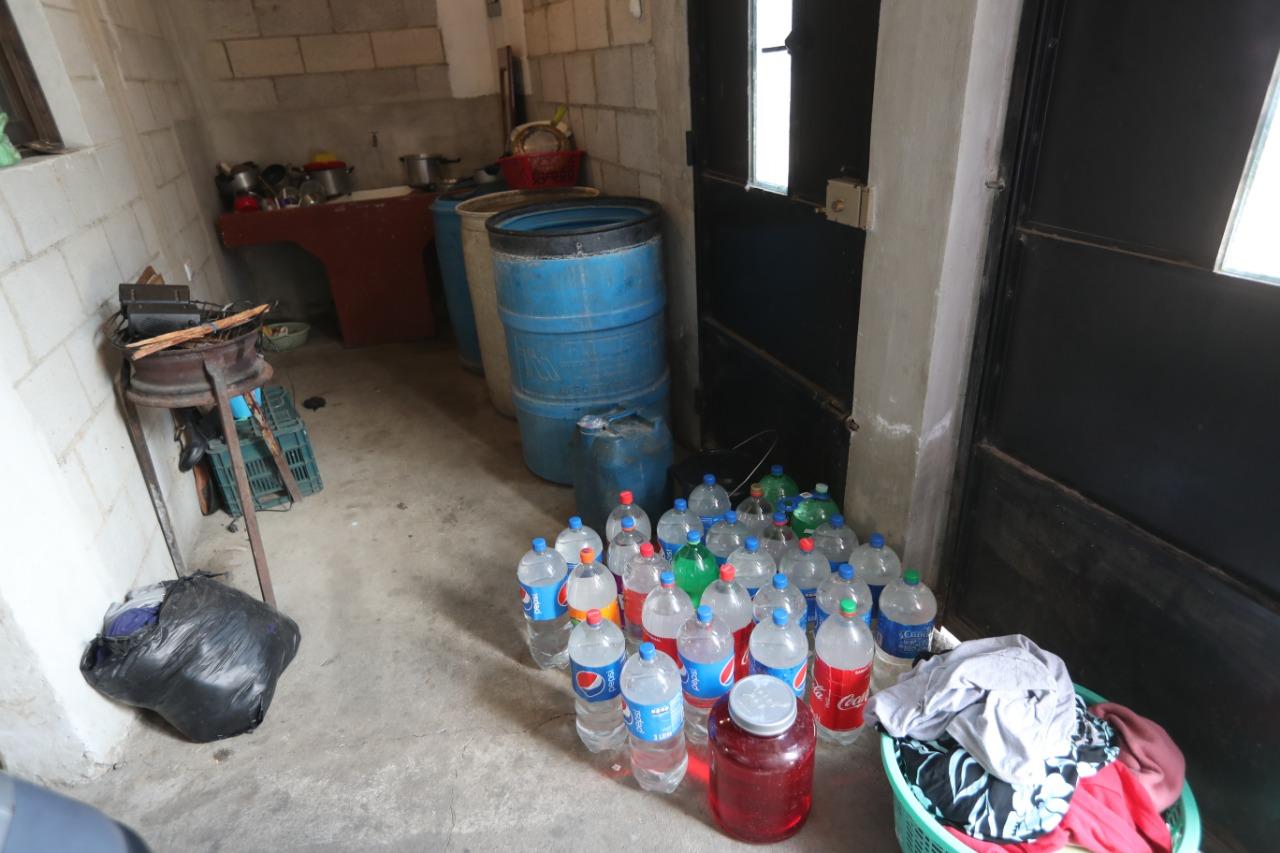 Los vecinos guardan su agua en recipientes de plástico. Foto Prensa Libre: Érick Ávila.