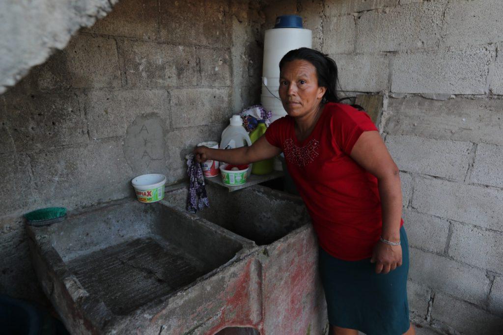 María Teresa Arias abre la llave del grifo y lamenta que no tenga agua en su casa. Foto Prensa Libre: Érick Ávila.