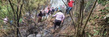Rescatistas llegan al lugar, donde verificaron la avioneta calcinada. (Foto Prensa Libre: Whitmer Barrera)