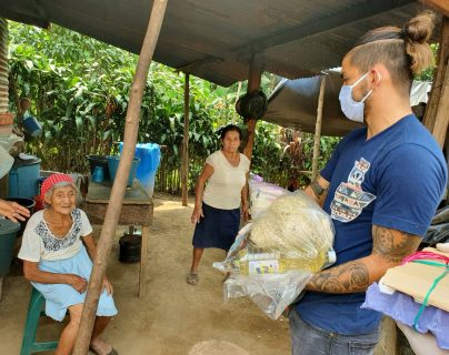 El defensa guatemalteco Carlos Salvador Estrada con la colaboración de su familia y amigos llevó ayuda a personas de escasos recursos en San Pablo, San Marcos. Foto Prensa Libre: Cortesía