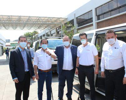 Personeros de Grupo Cofiño realizaron la entrega de las tres ambulancias al presidente Alejandro Giammattei. Foto Prensa Libre: Cortesía
