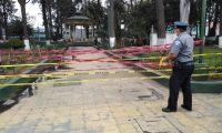 Agentes de la Policía Municipal acordonan el parque a Benito Juárez, zona 3. (Foto Prensa Libre: Cortesía)