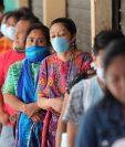 Vecinos de San Pedro Sacatepéquez hacen fila para que les tomen la temperatura antes de entrar  al mercado local.(Foto Prensa Libre: Erick Ávila)