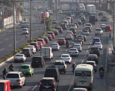 La cuesta de Villalobos estuvo congestionada la mañana de este martes en dirección a la capital. (Foto Prensa Libre: Óscar Rivas)