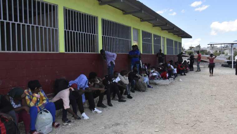 Un grupo de inmigrantes haitianos fue albergado en un instituto de educación básica de Esquipulas y son custodiados por agentes de la Policía Nacional Civil y soldados del Ejército Nacional. (Foto Prensa Libre: Cortesía)