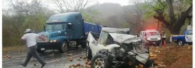 El picop transportaba cocos y quedaron tirados en la carretera. (Foto Prensa Libre: Dony Stewart)