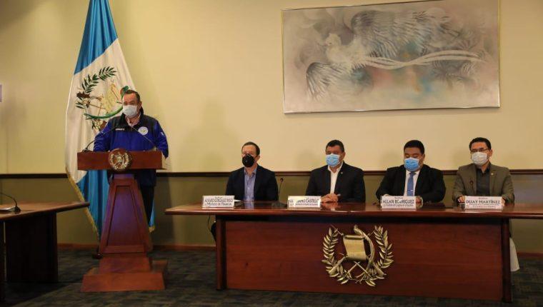Alejandro Giammattei, presidente, junto al vicepresidente Guillermo Castillo, diputados y ministros, en un mensaje a la nación. (Foto Prensa Libre: Presidencia)