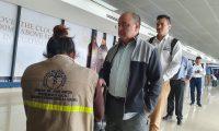 Viajeros pasan el control sanitario en el Aeropuerto Internacional La Aurora, este 11 de marzo de 2020. (Foto: Prensa Libre: Dadiana Cabrera).