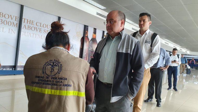 Viajeros pasan el control sanitario en el Aeropuerto Internacional La Aurora este 11 de marzo de 2020 Foto Prensa Libre Dadiana Cabrera