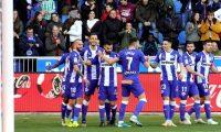 GRAF7854. VITORIA, 05/01/2020.- El centrocampista del Alavés Aleix Vidal (i) celebra con sus compañeros el primer gol de su equipo ante el Betis durante el partido de LaLiga que se disputa este domingo en el estadio de Mendizorroza. EFE/ADRIÁN RUIZ DE HIERRO