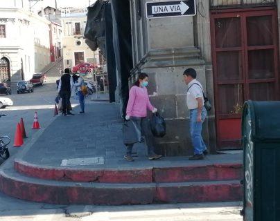 Las calles de Quetzaltenango lucen con poca gente y algunas personas usan mascarilla. (Foto Prensa Libre: María José Longo)