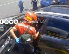 Los Bomberos Municipales llegaron al rescate de la víctima. (Foto Prensa Libre: Amílcar Montejo)